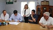 Autoridades firmando acta
